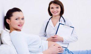Врач и беременная женщина